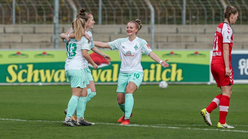 v.li.: Spielerinnen des SV Werder Bremen mit Torjubel, Jubel, optimistisch, Spielszene, Highlight, Freude über das Tor zum 0:1, DIE DFB-RICHTLINIEN UNTERSAGEN JEGLICHE NUTZUNG VON FOTOS ALS SEQUENZBILDER UND/ODER VIDEOÄHNLICHE FOTOSTRECKEN. DFB REGULATIONS PROHIBIT ANY USE OF PHOTOGRAPHS AS IMAGE SEQUENCES AN/OR QUASI-VIDEO.