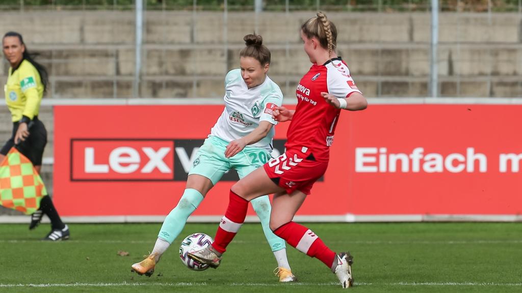 v.li.: Agata Tarczynska (SV Werder Bremen, 20) und Greta Stegemann (SC Freiburg, 16) im Zweikampf, Duell, Dynamik, Aktion, Action, Spielszene, DIE DFB-RICHTLINIEN UNTERSAGEN JEGLICHE NUTZUNG VON FOTOS ALS SEQUENZBILDER UND/ODER VIDEOÄHNLICHE FOTOSTRECKEN. DFB REGULATIONS PROHIBIT ANY USE OF PHOTOGRAPHS AS IMAGE SEQUENCES AN/OR QUASI-VIDEO.