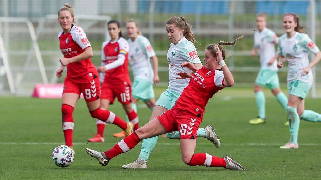 v.li.: Nina Lührßen (SV Werder Bremen, 27) und Greta Stegemann (SC Freiburg, 16) im Zweikampf, Duell, Dynamik, Aktion, Action, Spielszene, DIE DFB-RICHTLINIEN UNTERSAGEN JEGLICHE NUTZUNG VON FOTOS ALS SEQUENZBILDER UND/ODER VIDEOÄHNLICHE FOTOSTRECKEN. DFB REGULATIONS PROHIBIT ANY USE OF PHOTOGRAPHS AS IMAGE SEQUENCES AN/OR QUASI-VIDEO.