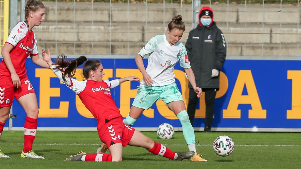 v.li.: Ereleta Memeti (SC Freiburg, 17) und Agata Tarczynska (SV Werder Bremen, 20) im Zweikampf, Duell, Dynamik, Aktion, Action, Spielszene, DIE DFB-RICHTLINIEN UNTERSAGEN JEGLICHE NUTZUNG VON FOTOS ALS SEQUENZBILDER UND/ODER VIDEOÄHNLICHE FOTOSTRECKEN. DFB REGULATIONS PROHIBIT ANY USE OF PHOTOGRAPHS AS IMAGE SEQUENCES AN/OR QUASI-VIDEO.