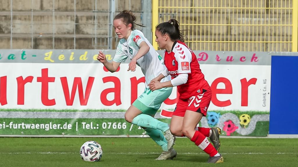 v.li.: Ina Timmermann (SV Werder Bremen, 21) und Ereleta Memeti (SC Freiburg, 17) im Zweikampf, Duell, Dynamik, Aktion, Action, Spielszene, DIE DFB-RICHTLINIEN UNTERSAGEN JEGLICHE NUTZUNG VON FOTOS ALS SEQUENZBILDER UND/ODER VIDEOÄHNLICHE FOTOSTRECKEN. DFB REGULATIONS PROHIBIT ANY USE OF PHOTOGRAPHS AS IMAGE SEQUENCES AN/OR QUASI-VIDEO.