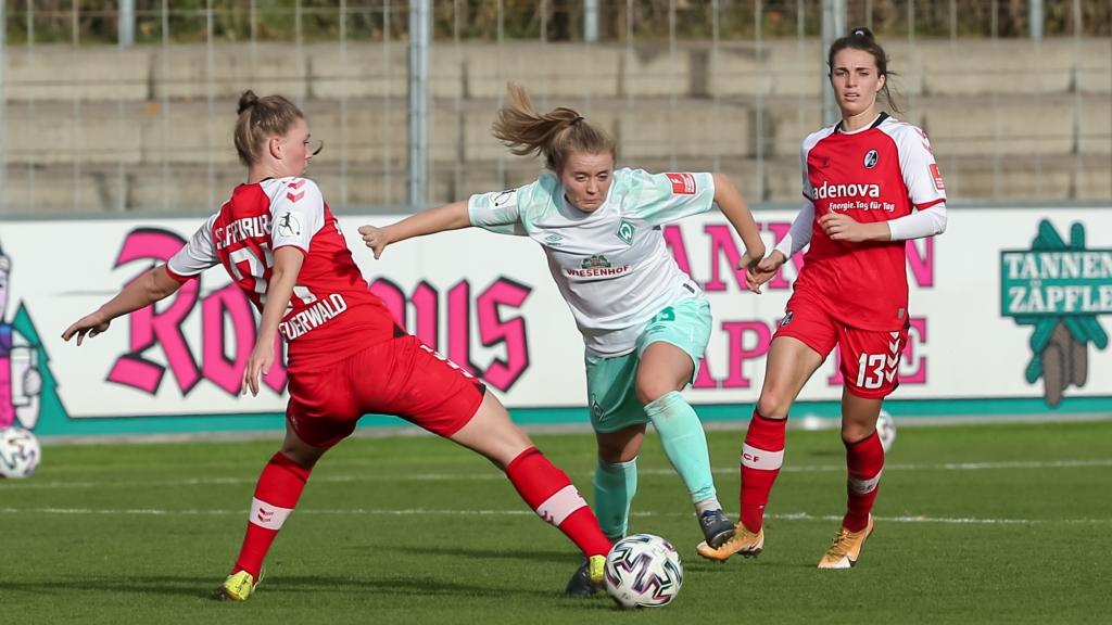 v.li.: Samantha Steuerwald (SC Freiburg, 21) und Ricarda Walkling (SV Werder Bremen, 13) im Zweikampf, Duell, Dynamik, Aktion, Action, Spielszene, DIE DFB-RICHTLINIEN UNTERSAGEN JEGLICHE NUTZUNG VON FOTOS ALS SEQUENZBILDER UND/ODER VIDEOÄHNLICHE FOTOSTRECKEN. DFB REGULATIONS PROHIBIT ANY USE OF PHOTOGRAPHS AS IMAGE SEQUENCES AN/OR QUASI-VIDEO.