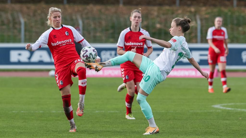 v.li.: Jana Vojtekova (SC Freiburg, 20) und Agata Tarczynska (SV Werder Bremen, 20) im Zweikampf, Duell, Dynamik, Aktion, Action, Spielszene, DIE DFB-RICHTLINIEN UNTERSAGEN JEGLICHE NUTZUNG VON FOTOS ALS SEQUENZBILDER UND/ODER VIDEOÄHNLICHE FOTOSTRECKEN. DFB REGULATIONS PROHIBIT ANY USE OF PHOTOGRAPHS AS IMAGE SEQUENCES AN/OR QUASI-VIDEO.