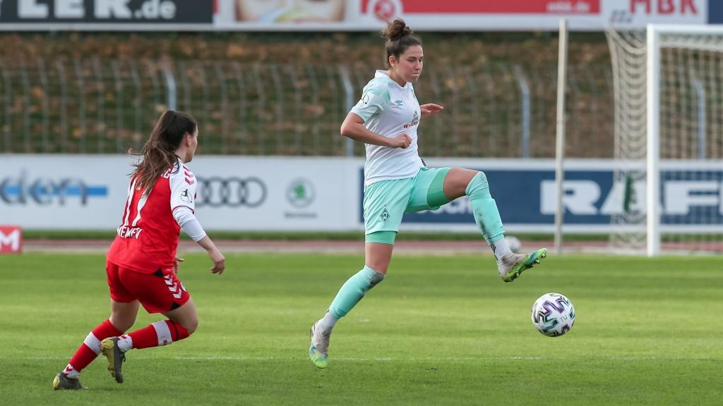 v.li.: Ereleta Memeti (SC Freiburg, 17), Sophie Walter (SV Werder Bremen, 8) am Ball, Aktion, Action, DIE DFB-RICHTLINIEN UNTERSAGEN JEGLICHE NUTZUNG VON FOTOS ALS SEQUENZBILDER UND/ODER VIDEOÄHNLICHE FOTOSTRECKEN. DFB REGULATIONS PROHIBIT ANY USE OF PHOTOGRAPHS AS IMAGE SEQUENCES AN/OR QUASI-VIDEO.