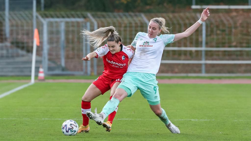 v.li.: Tyara Buser (SC Freiburg, 10) und Katharina Schiechtl (SV Werder Bremen, 9) im Zweikampf, Duell, Dynamik, Aktion, Action, Spielszene, DIE DFB-RICHTLINIEN UNTERSAGEN JEGLICHE NUTZUNG VON FOTOS ALS SEQUENZBILDER UND/ODER VIDEOÄHNLICHE FOTOSTRECKEN. DFB REGULATIONS PROHIBIT ANY USE OF PHOTOGRAPHS AS IMAGE SEQUENCES AN/OR QUASI-VIDEO.